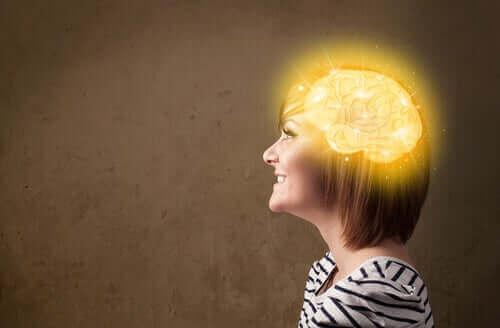 Kobieta z podświetlonym mózgiem