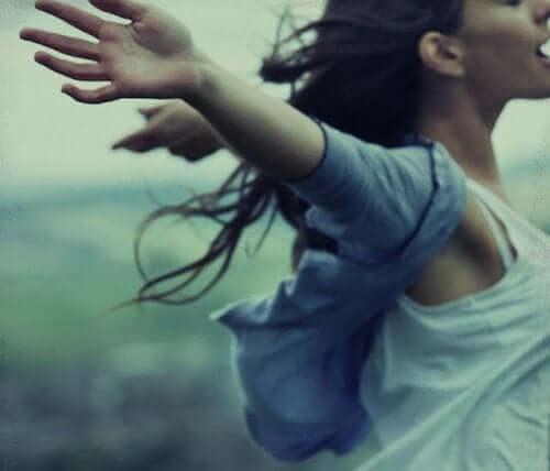 Kobieta z rozłożonymi ramionami - jak sobie wybaczyć?