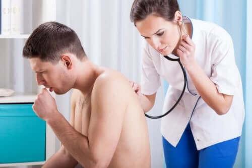 Lekarka osłuchująca kaszlącego pacjenta - dlaczego kaszlemy?
