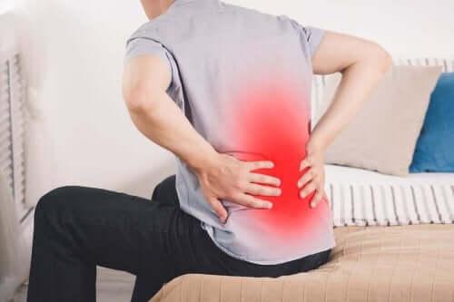 Mężczyzna odczuwający ból nerki