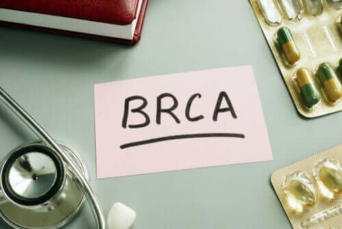 Napis BRCA na kartce - geny BRCA-1 i BRCA-2