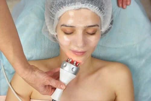 Radiofrekwencja skóry twarzy u kobiety