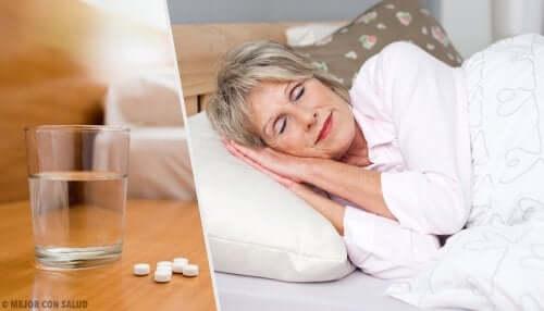 Starsza kobieta - woda i leki nasenne