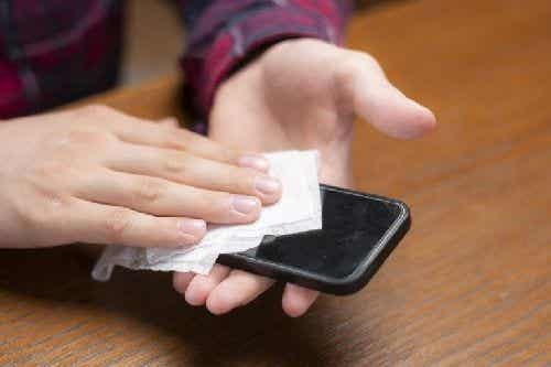 Koronawirus: jak zdezynfekować swój telefon komórkowy?