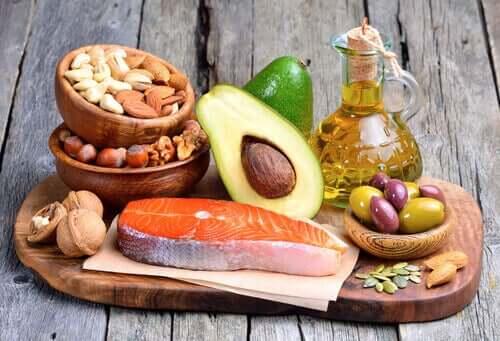 Zdrowe tłuszcze - awokado i łosoś