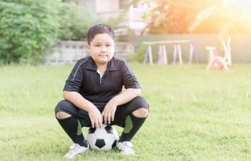 Chłopiec grający w piłkę