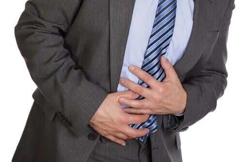 Mężczyzna z bólem brzucha