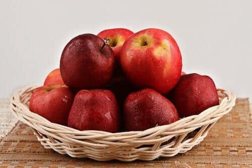 Jabłka w koszyku - produkty bogate w błonnik