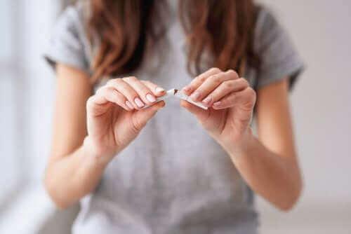 Kobieta łamiąca papierosa - właściwe nawyki żywieniowe