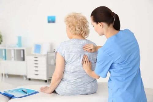 Lekarz badający starszą kobietę - zdrowie seniorów