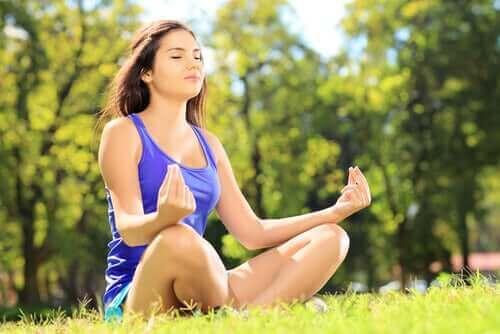 Medytująca kobieta - wpływ ćwiczeń fizycznych na mózg