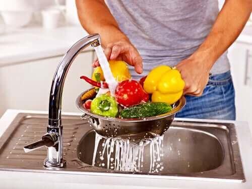 Mężczyzna myjący owoce