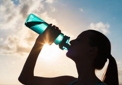Kobieta pijąca wodę z butelki