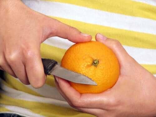 Czy jeść owoce ze skórką czy je obierać?