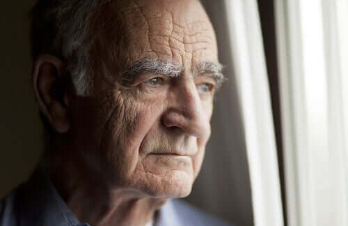 Senior przy oknie