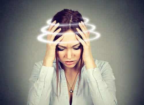 Silne zawroty głowy - jakie objawy im towarzyszą?