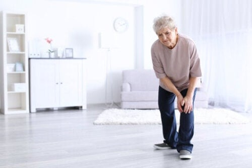 Kobieta z bólem kolan