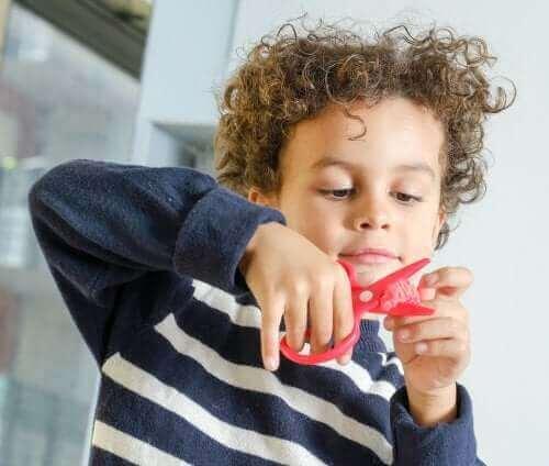 Chłopiec z nożyczkami