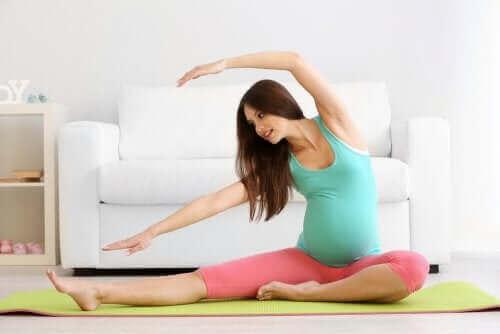 Ćwicząca kobieta w ciąży