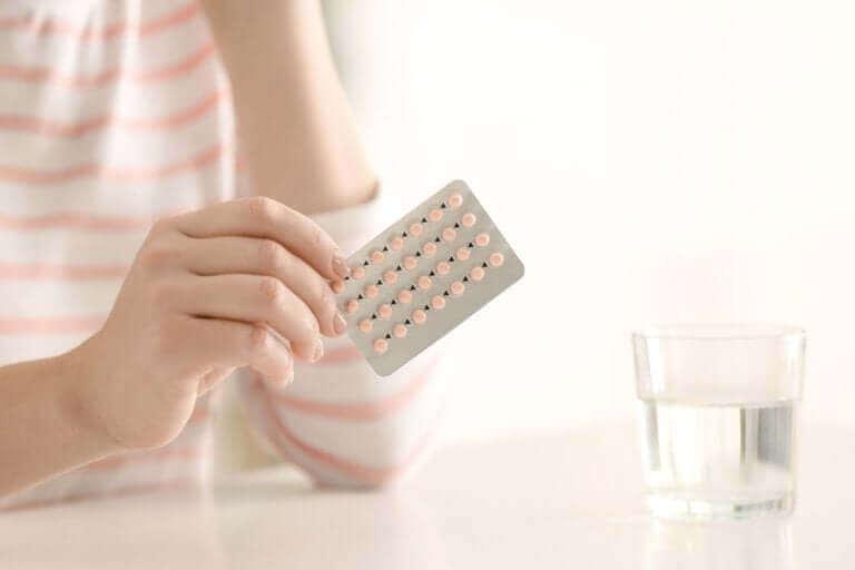 Dłoń trzymająca tabletki antykoncepcyjne