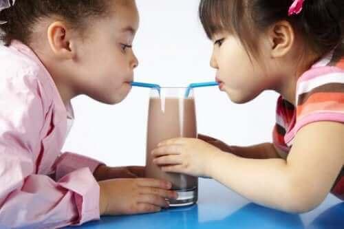 Dzieci pijące koktajl