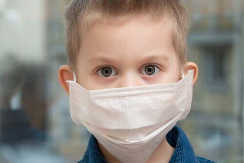 Dziecko w masce