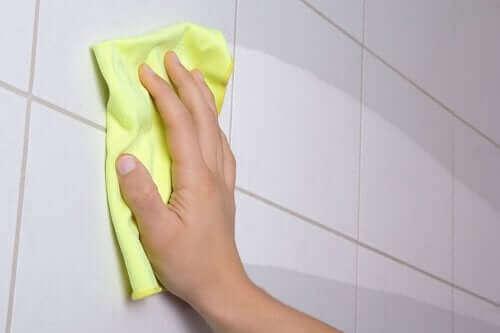 Kobieta myjąca płytki