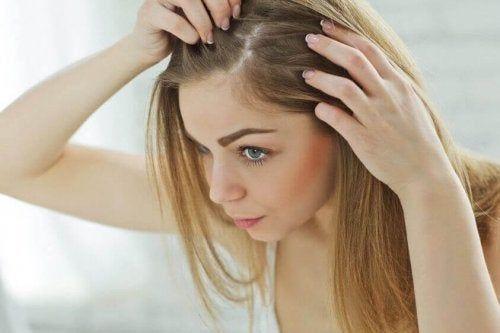 Kobieta sprawdza swoje włosy