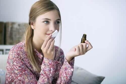 Kobieta sprawdza zapach perfumów