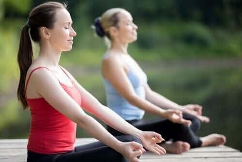 Kobiety uprawiające jogę - jesienne zajęcia na świeżym powietrzu
