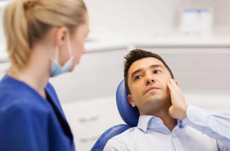 Mężczyzna u dentysty