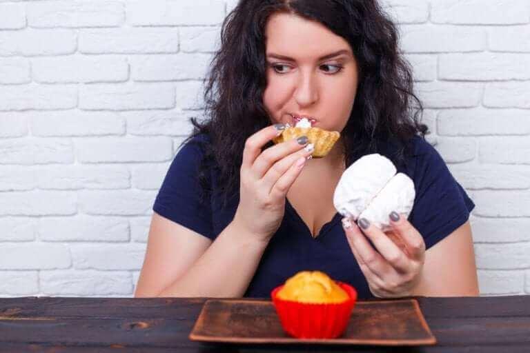 Objadająca się kobieta - dolegliwości trawienne wywoływane przez niepokój