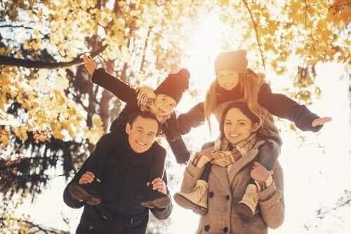 Rodzina na jesiennym spacerze