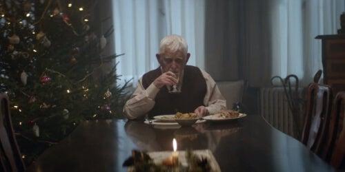 Starszy mężczyzna podczas posiłku
