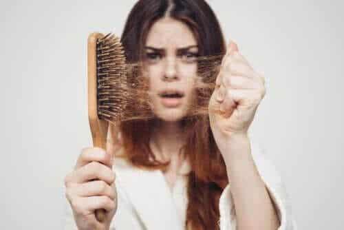 Sezonowe wypadanie włosów: dlaczego tak się dzieje jesienią?