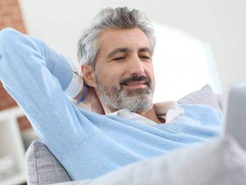 Siwe włosy u mężczyzny
