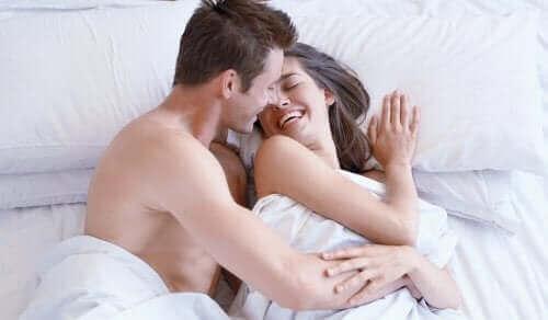 Szczęśliwa para w łóżku