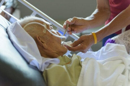 Starszy człowiek w szpitalu
