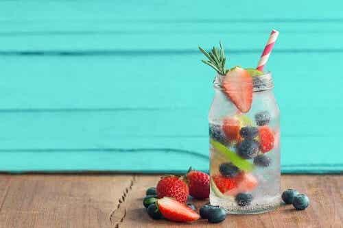 Woda smakowa z owocami: świetne przepisy na lato!