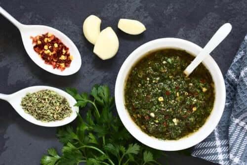 Zielony sos w misce
