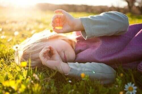 Dziewczynka leżąca na trawie