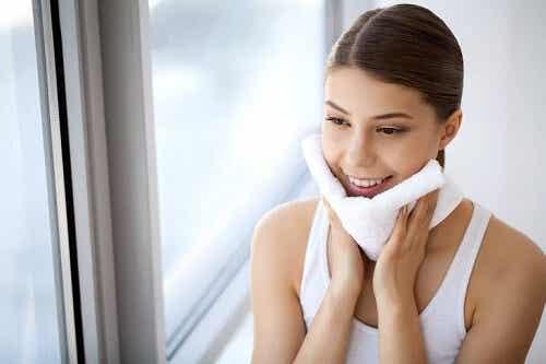 Czy zmywać makijaż przed snem? Poznaj istotnych 10 powodów