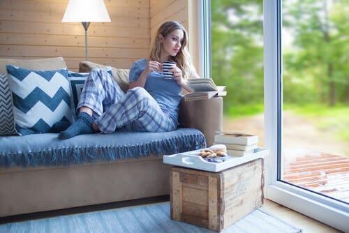 Kobieta na kanapie - relaks to klucz do szczęścia