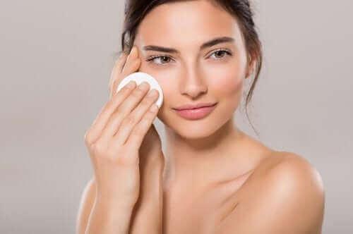 Kobieta nakładająca tonik - jak wykonać makijaż o naturalnym wykończeniu?