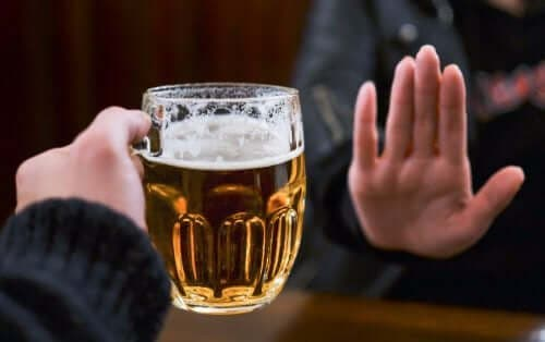 Kobieta odmawiająca piwa