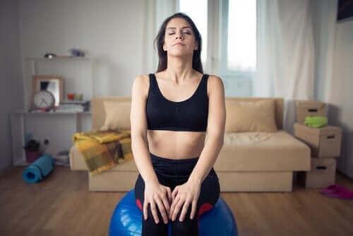 Kobieta robiąca ćwiczenia oddechowe na poprawę snu