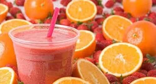 Koktajl z pomarańczy i truskawek - napoje z owoców na lato