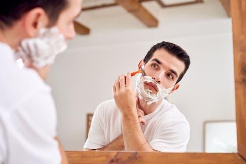 Mężczyzna się goli