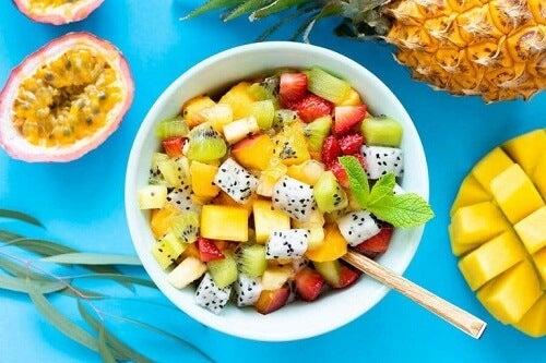 Sałatka owocowa z ziołami: 6 przepysznych przepisów