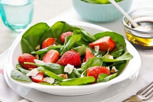 Sałatka owocowa z ziołami i z truskawkami